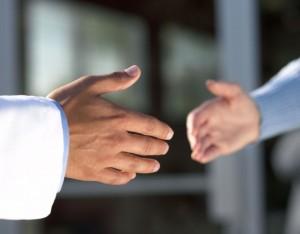 бизнесмены жмут руки