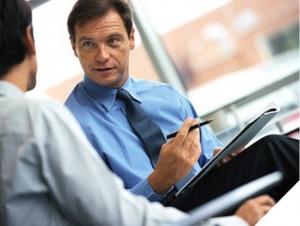 бизнесмен с ручкой в руке